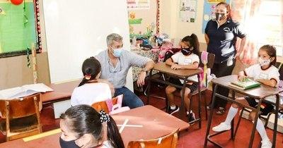 La Nación / Mario Abdo Benítez a las clases, visitó escuela en Altos