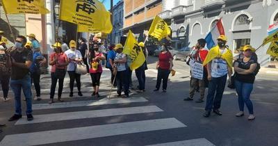 Inicio de clases: docentes se manifiestan en repudio al actuar del MEC