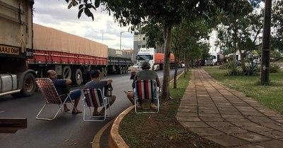 La Nación / Camioneros sitian Encarnación y amenazan con generar caos total por cierre del puerto