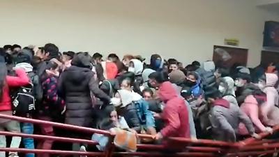 Tragedia en Bolivia, cedió una baranda y murieron al menos siete estudiantes