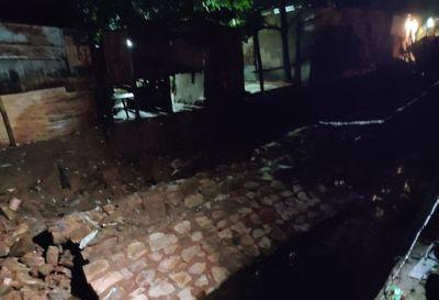 Cae parte de un muro de contención del arroyo Paraguarí y vecinos piden ayuda