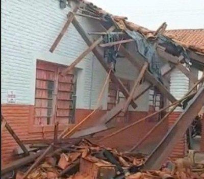 Crónica / Cae techo de escuela en primera semana de clases