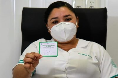 Licenciada vacunada contra el Covid desmiente haber sido internada