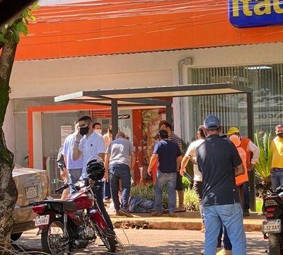 Dos heridos en un asalto frente a un banco de Santa Rita