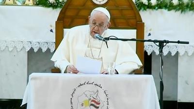 Francisco visita la catedral de Bagdad que fue blanco de un atentado