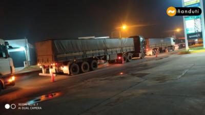 Caminera analiza aplicar multas a camiones mal estacionados sobre Acceso Sur, en la zona de Ytororó