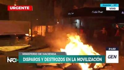 Intentaron incendiar edificio del Ministerio de Hacienda y manifestantes capturaron a un policía