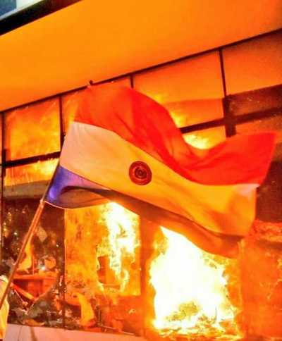 Movilización ciudadana en las inmediaciones del Congreso se convierte en un enfrentamiento violento entre manifestantes y la Po