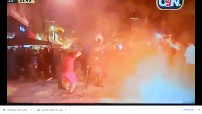 Policias se rinden ante manifestantes al verse rebasados