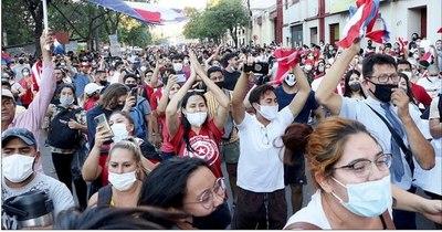 La Nación / Ciudadanía marchó en forma pacífica exigiendo salida de todo el Ejecutivo