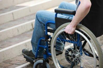 Hombre en silla de ruedas asesina a balazos a joven