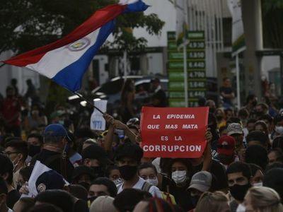 Manifestantes ahora protestan contra Cartes