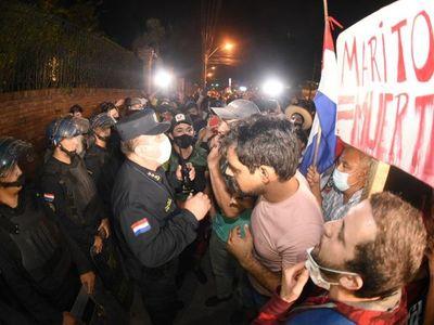Incidentes en manifestación frente a la casa de Horacio Cartes