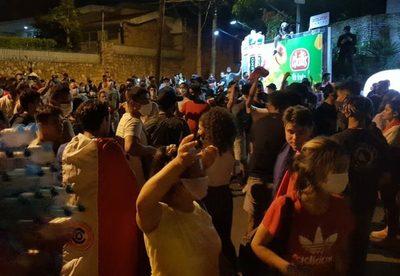Policía reprime manifestación frente a la casa de Horacio Cartes