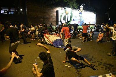 Cierran manifestación frente a la casa de HC y anuncian nuevo día de protestas