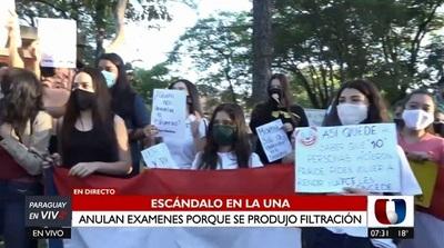 Postulantes se manifiestan en Economía tras filtración y anulación de pruebas