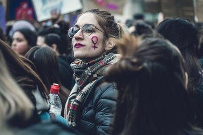 Feminismo y polarización: Creando guerras y vendiendo armas