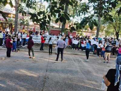 Estudiantes se manifiestan frente a la UNA en San Lorenzo
