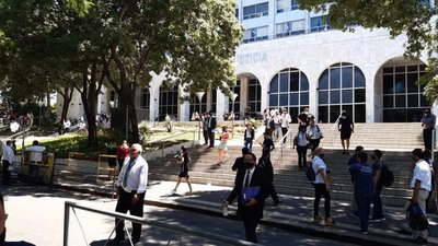 Ante amenaza de bomba, activan protocolo de evacuación del Palacio de Justicia de Asunción