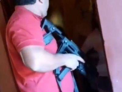 Comisario amenazó con arma a una familia