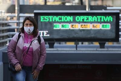Trabajos con más mujeres en Chile son los más golpeados por la pandemia