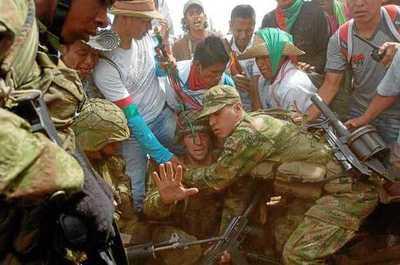 Conflicto: Indígenas retienen a nueve militares del Ejército en Colombia