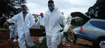 Brasil, desbordado por la pandemia, bate récord con 1.972 muertos en un día