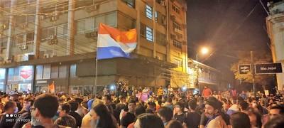 Indignados suben presión para *QueSeVayanTodos y nuevas elecciones como respuesta al caos nacional