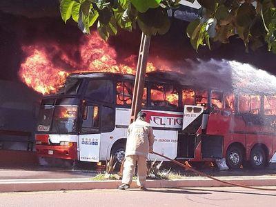Incendio consumió un bus de transporte público en Edelira