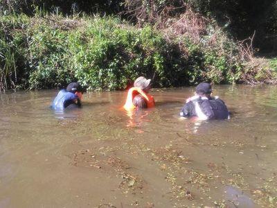 Atletas piden limpieza del arroyo Kuri'y que les sirve de práctica de cara a competencia
