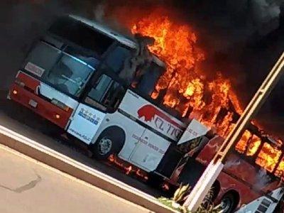 Ómnibus es consumido por llamas en Edelira