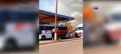 Otro bus que arde en llamas en plena vía pública