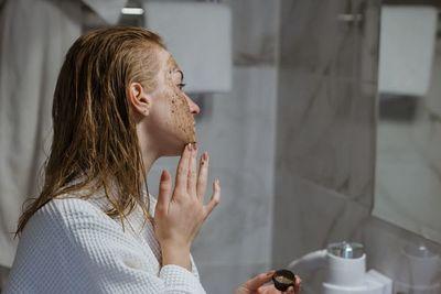 ¿Cómo debo exfoliarme si tengo acné?