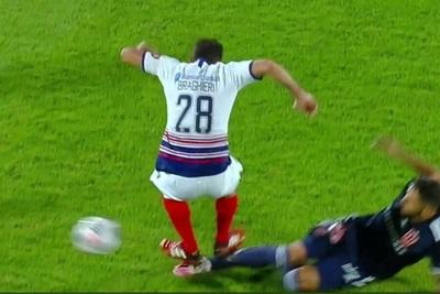 Larrivey sufre criminal doble planchazo de jugador de San Lorenzo