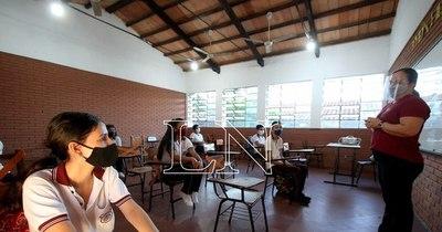 La Nación / A un año del cierre de aulas y de estudiar con celular en mano, las clases presenciales siguen inciertas