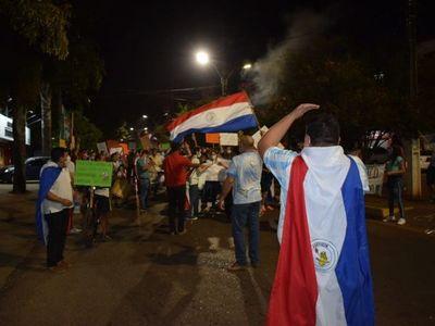 Villarrica: Dos grupos se manifiestan a favor y en contra de Mario Abdo