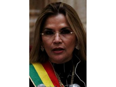 Fiscalía de Bolivia ordena detener a ex presidenta Áñez