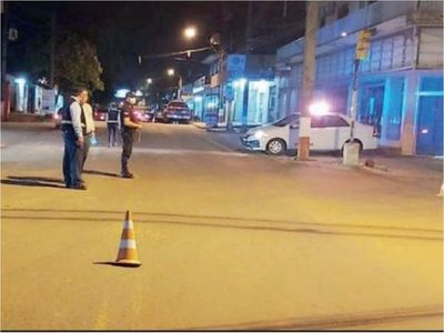 Policías imponen el toque de queda de la madrugada