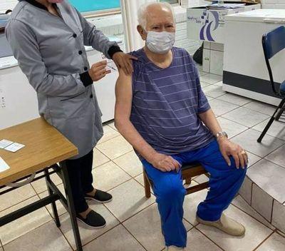 Denuncian privilegios en el proceso de vacunación contra el Covid-19 en Pedro juan; inmunizan a médico que es dueño de un hospital privado