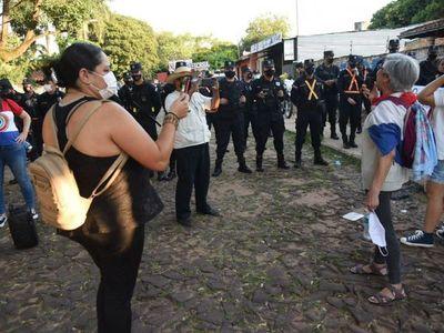 Ciudadanos se manifiestan frente a la casa de Óscar Salomón