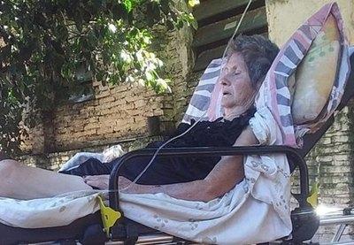 Crónica / Sin lugar en hospitales, fue asistida en el patio de su casa