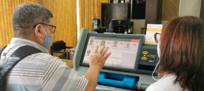 Organizaciones intermedias practican con máquinas de votación en el TSJE