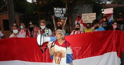 La Nación / Protesta frente a domicilio de Abdo