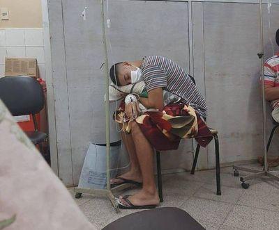 Pacientes son atendidos en los pasillos
