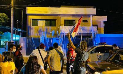 Mingueros escrachan a concejales lacayos que quieren robar valiosa propiedad municipal – Diario TNPRESS