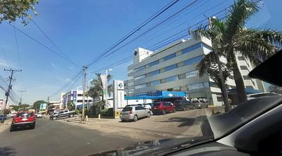 Gran fila de vehículos para ingresar en el Sanatorio La Costa