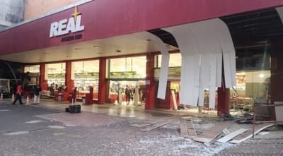 Dos cajeros fueron detonados en un supermercado de Acceso Sur