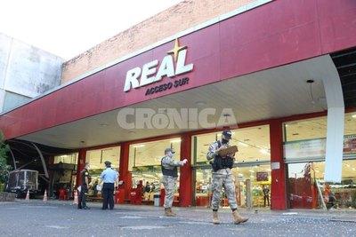 Crónica / Delincuentes explotaron dos cajeros en supermercado de Acceso Sur