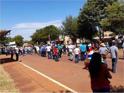 Campesinos continúan con cierre intermitente de la ruta PY06