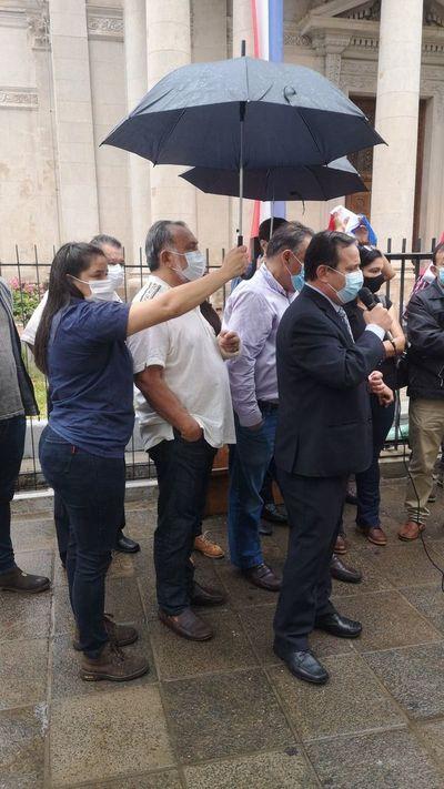 "Critican a legisladores con ""atajaparaguas"""